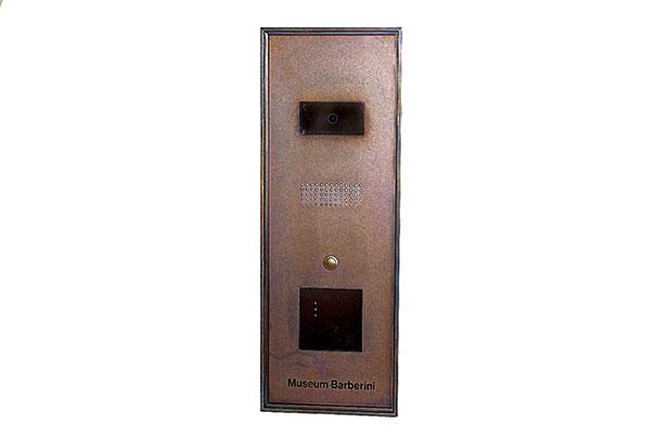 Türsprechstelle für die Eingänge des Museums mit integrierten Anschlüssen für eine IP-Videosprechstelle und einen Kartenleser