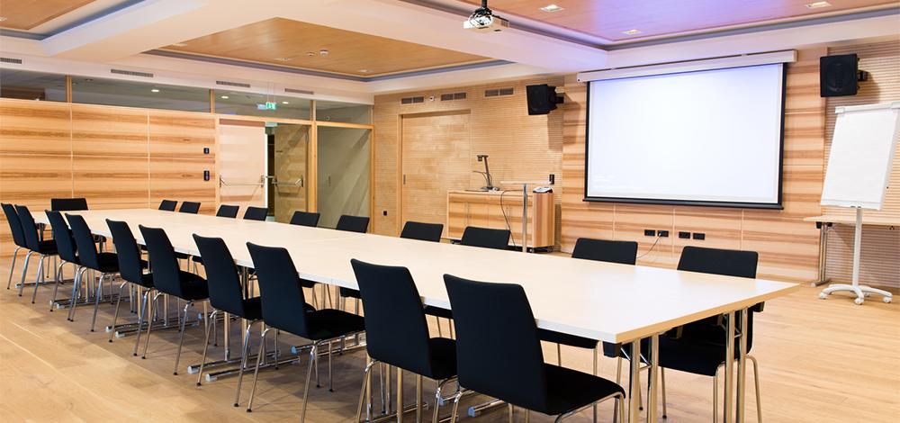 Mit Medientechnik eingerichteter Seminarraum