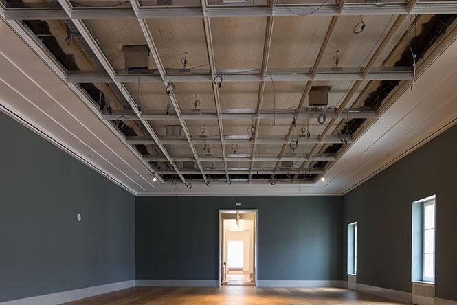 Ausstellungsraum im Flügelbau mit geöffneter Zwischendecke vor Einbau der Lichtdecke