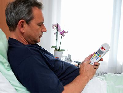 patient-bedient-rufanlage-in-krankenhausbett
